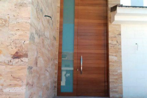 Carpinterías Mixtas en Murcia. Puertas de entrada en madera y aluminio
